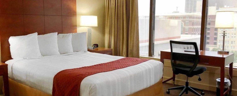 Standard Room Queen Overlooks City